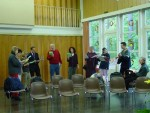 Einsingen vor einem Gesprächsgottesdienst im Gemeindesaal